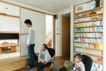 奥が一段高くした和室。吊り戸が壁の中に収納されていて、客が泊まるときは仕切ることもできる。