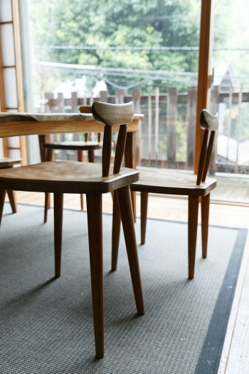 山梨の家具工房「Studio Y.E'S」にオーダーした椅子。子どもの成長とともに徐々に脚を切り、大人の椅子にしていくそう。