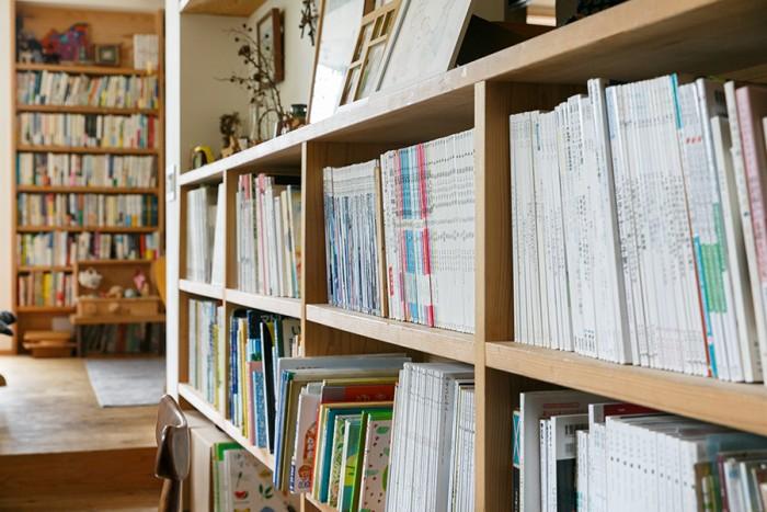 どこにいても本が目に入る長谷邸。ダイニングには「好きで捨てられない」という雑誌が並ぶ。