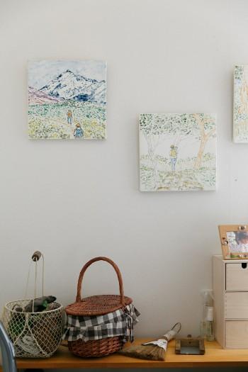 眺めていると自然の中で遊びたくなるような睦子さんの絵画。