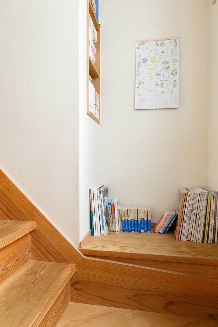 階段の途中にまで本棚をつくった。