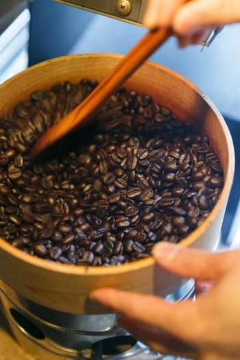 焙煎したての豆は驚くほどつやつやでふっくらしていて綺麗。仕上がりのタイミングは実にシビアで10年以上焙煎していても未だに緊張するそう。