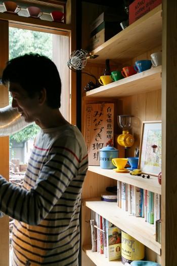芳教さんの書斎(土間)にも本棚。並ぶ本の中には、神保町の古書店で見つけたマニアックな珈琲本も。
