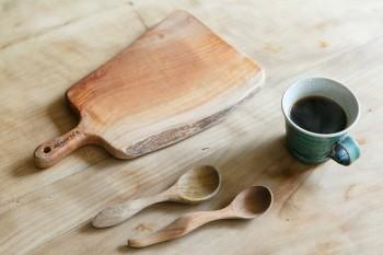 「Studio Y.E'S」のカッティングボードと木工作家・須田二郎さんのスプーン。ご夫妻は木のテーブルウエアが好きだそう。