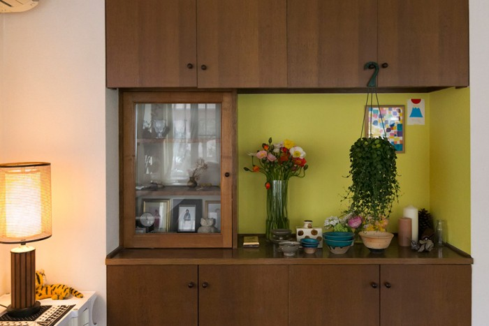 「ペンキの色を選ぶのに最も苦労した」というバラガン特有のイエロー。造り付けの木製戸棚や季節の花が引き立つ。