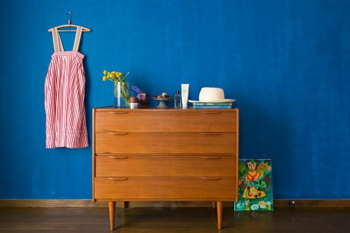 チェストはデンマーク製のヴィンテージ。娘さんにはまだ大きい古着のドレスは、アンティークのリボンをつけてディスプレイ。