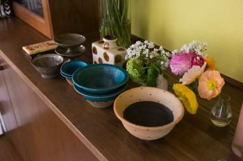 春休みに家族で訪れた沖縄の「やむちんの里」で購入した陶器。モダンなデザインにひかれたそう。仕事で使用することも。