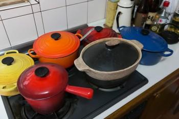 「ただ煮込むだけでも美味しくなる」とル・クルーゼの鍋がお気に入り。手前のオーバル型の鍋はオーダーメイド。