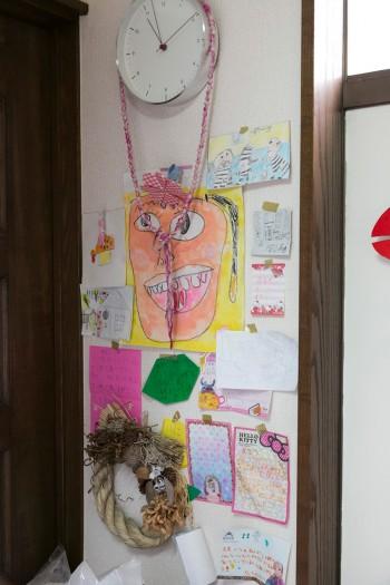 """キッチンの片隅にはあったかいメッセージが綴られた子供さんたちからの手紙が。中央の""""ママの顔""""は娘さんが描いたもの。"""