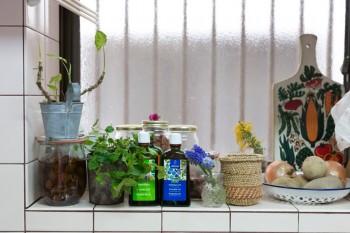 シンク前の出窓は、野菜やハーブ、調味料などを飾るディスプレイスペース。手作りの梅ジュースが美味しそう。
