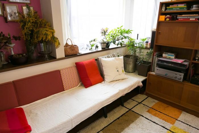 マイスターのソファは、3人掛けと1人掛け×2脚の組み合わせ。お客の人数に合わせてレイアウトを変更するそう。「多いときは8家族くらいが料理を持ち寄って集まります」。