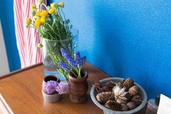 庭に咲いていたムスカリ、スカビオサ、ラナンキュラスをさりげなく飾る。壁に映える植物を意識。