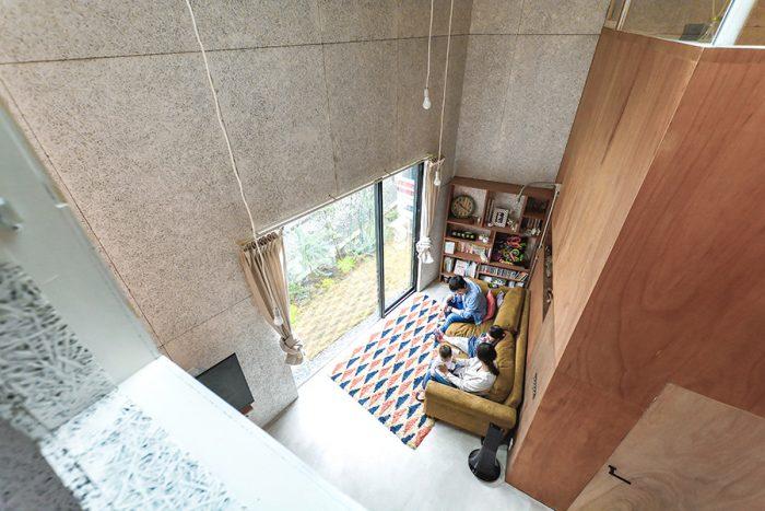 2階の子ども部屋の窓から主寝室を見る。