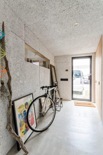 細長いエントランスホールは自転車を置いても余裕のつくり。