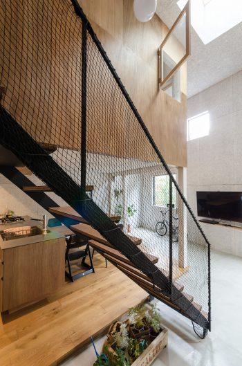 階段のスチールは黒く塗ってラインもシャープに仕上げている。