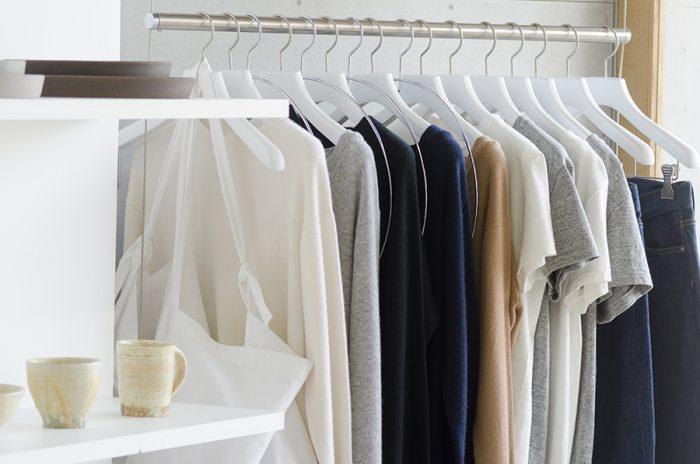 ストアのハウスブランド「S」はシンプル、ベーシックを極限まで追求し、素材や縫製、加工の全てにこだわりを込めたものづくりを行う。現在は主にカシミアニット、丸胴のTシャツ、セルヴィッチデニムなどを展開。