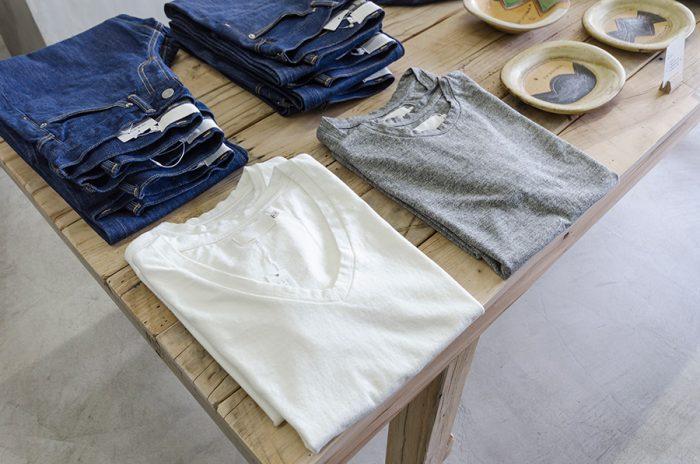 脇に縦の縫い目がない、丸胴と呼ばれるTシャツも日本の職人が手がけたもの。サイズごとに編み機が異なり、効率の悪さから現在ではほとんど作られなくなってしまった丸胴Tシャツは、体部分に縫い目がないため着心地がいい。クルーネックとVネックの2デザイン3サイズ展開。