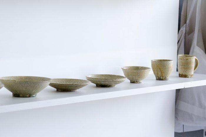 奈良県宇陀市で作陶を行う尾形アツシさんの器。東京生まれの尾形さんは雑誌編集者を経て、薪窯を築く地を求めて奈良に移住した人物。同じ土、同じ釉薬をまとった器でも窯詰めされる場所によって、さまざまな表情の違いを見せてくれる。