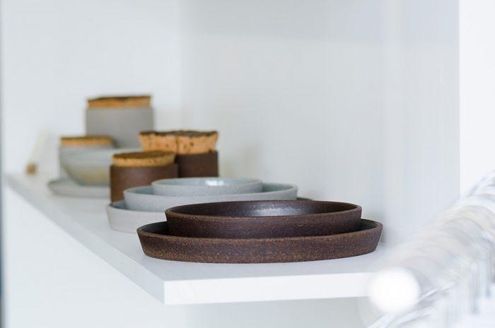 舞台美術やオートクチュールの帽子のデザインの仕事を経て、2010年より陶器製作をはじめたDelphine Lippensによるブランド「HUMBLE CERAMICS」。余分な装飾を取り除き、謙虚でありながら存在感がある。