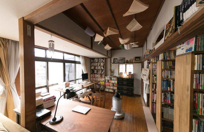 リビングの奥は仕事のスペース。登録を済ませた本は、右側の本棚に仕入れた順番にストックするのだそう。手前のデスクライトはバウハウスのデザインのもの。