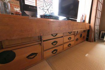 2階の和室の窓際にある引き出しは、和な仕様。天板を起せば机にもなるシカケ。