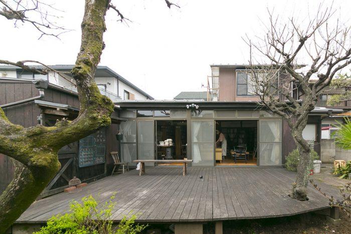広いテラス。なんと、達也さんと真弓さんの結婚式は友人を招いてここで挙げたのだそう。「まさにハウスウェディングです(笑)」
