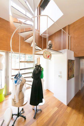 1階のアトリエと2階のリビングをつなぐらせん階段。作品を飾ったトルソーとも相性が良くオブジェ的な美しさも。