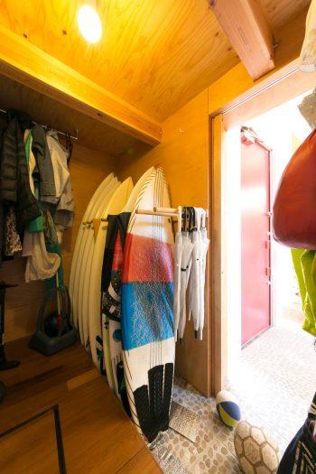 玄関から土間続きのシューズクローゼットは、靴だけでなく、ご主人のサーフボードやコート類なども収納できる