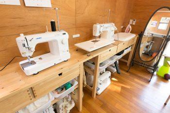 ミシンはニット用や業務用、ロックミシンなど全部で9台。IKEAで購入したキッチン用の台を使用。