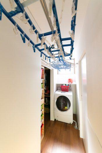 洗濯機に向かって左側がクローゼット、右側が風呂場。夜、廊下に洗濯物を干しておくと、朝には乾いているそう。