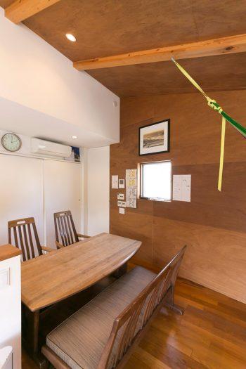 ダイニングの奥が洗濯物を干す廊下に。ダイニングテーブルは義父からの結婚祝いで、以前から使用していたもの。アジアンテイストがこの部屋にもぴったりマッチしている。