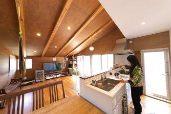 白で統一されたキッチンは、テラスに出入りできるドアを設け、回遊性も確保。対面式で家族との会話も楽しめる。