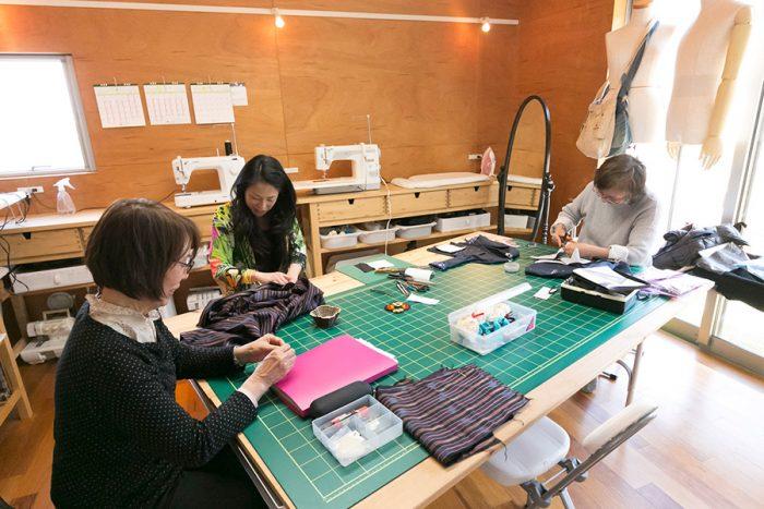 着物をほどいてブラウスを作製中。オートクチュールデザイナーのアシスタントや婦人服のパタンナー、リフォームショップなど多彩な経歴を持つまどかさんは技術が高く、作品の幅も広い。現在は女子高校の家庭科の講師もしている。
