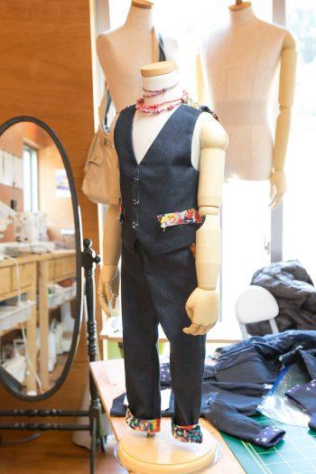 生徒さんが作製中の、4歳のお孫さんに結婚式で着せるスーツ。ボタンホールは手作業で、裏地付き。まるでお店でオーダーしたようなクオリティの高さ。