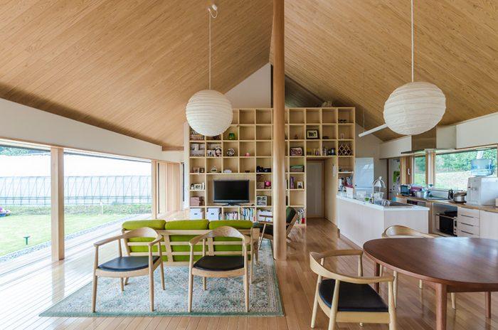 開口部の高さは1.8m。内部では空間の重心を低く抑えるために、低めの家具を選んだという。照明は和的な落ち着いた光にするため、和紙を張ったものに。