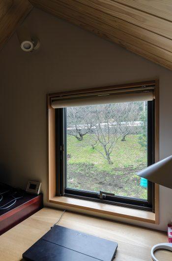 ロフトのこの窓から、パソコンで作業しながら外をよく眺めるという。