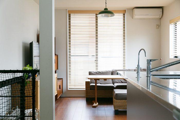ソファとダイニングテーブルを組み合わせ、空間を有効活用。ソファは吉祥寺のKAJAで購入、テーブルはBRUNCH+kichijojiで高さと幅をセミオーダーした。