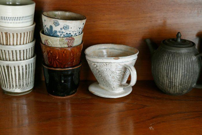 日常使いのカップやドリッパー。写真右端は、小堀さんが特に気に入っているという岳中爽果さんの急須。「種」というシリーズのもの。