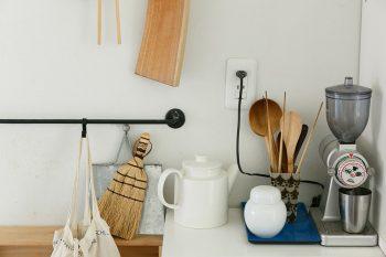 写真右のカリタの電動コーヒーミルは、小堀さんのお気に入り。散らばったコーヒーの粉は小さなホウキとチリトリで掃除するのだそう。