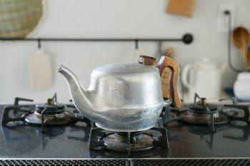 イギリスの古いティーポットをやかん代わりに使っている。「鉄瓶が欲しいのですが、なかなか好きなものに出会えなくて」と小堀さん。