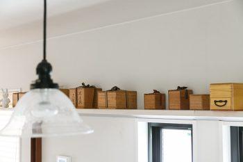 キッチンからリビング側まで続く棚。空間のつながりを演出するため長さに配慮した。並んでいるのは、ご主人のおばあさまから譲り受けた茶器。