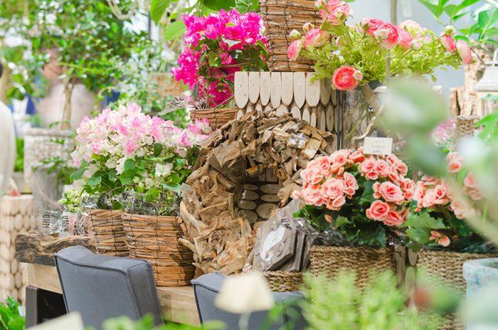 季節やイベントに合わせて花鉢が登場することも。造花はPTMDのオリジナルで、日本ではあまり見かけないヨーロッパの花がラインナップされている。