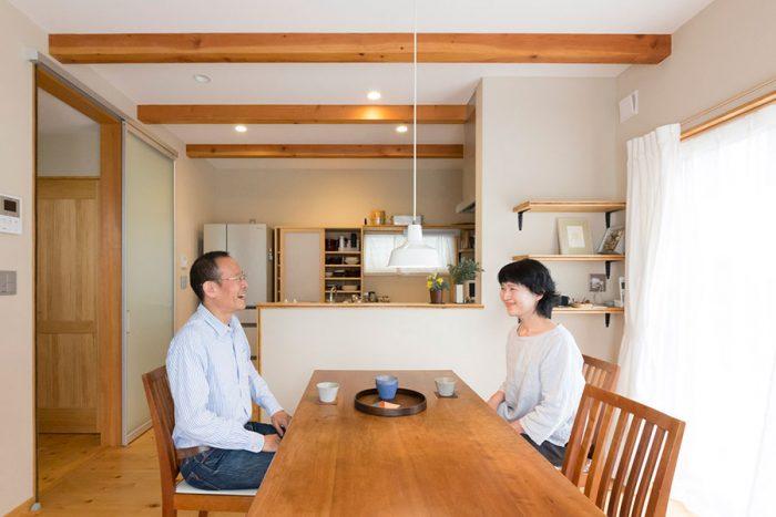 珪藻土の壁とふし目のある床、木の梁が温かみを感じさせる。無駄のないシンプルな空間が心地よい。