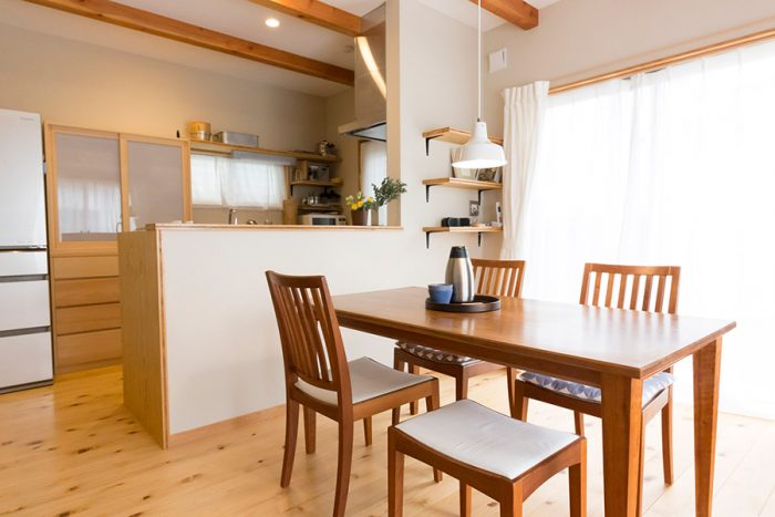 ヒバの無垢材を使った床はやわらかい感触。ダイニングのテーブルと椅子は、結婚時にウッドユウライクカンパニーで買った無垢のチェリー材。