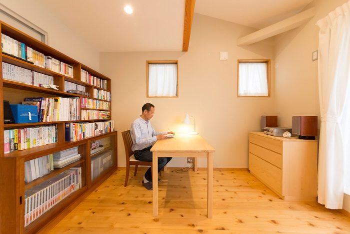 ベッドルームに隣接するくにぞうさんの書斎。静岡のヒノキクラフトでテーブルとチェストをオーダー。