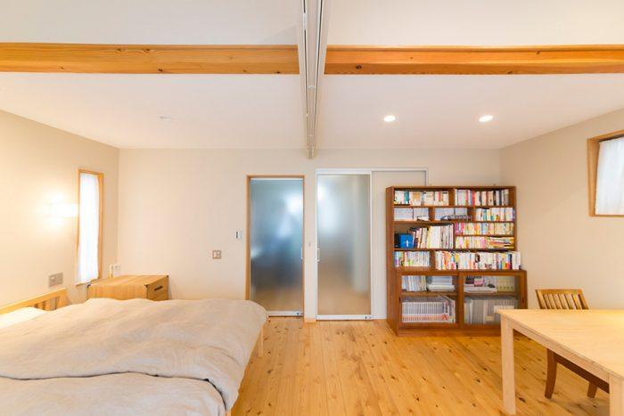半透明のドアを通して、光が2階のフロア中に届けられる。奥は美詠子さんの書斎とウォークインクローゼット。
