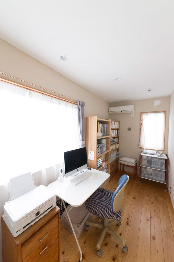 明るい採光の書斎。現在、美詠子さんはここで家を建てるまでのことを綴った本を執筆中。