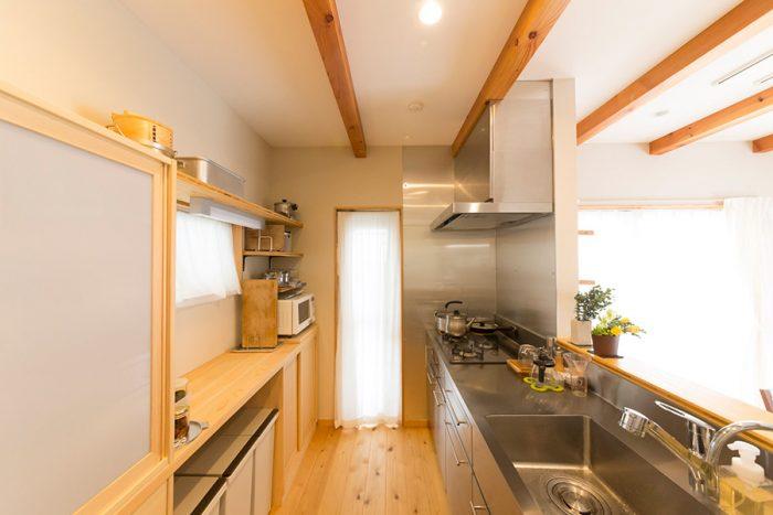 ステンレスとヒノキの組み合わせがすっきりとした印象のキッチン。サイズを測り、オーダーで無駄な隙間なく設置。