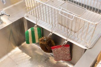 スポンジはこのように吊るして清潔さをキープ。