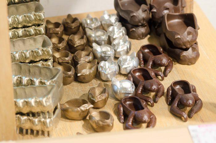 オリジナルの苔鉢も用意。真鍮製のひつじ、錫のひなどり、青銅のはりねずみなど愛らしい動物モチーフが人気。